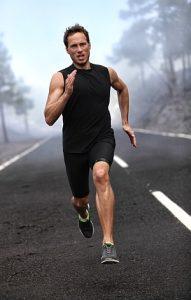 Mann sprintet sehr schnell auf der Straße.