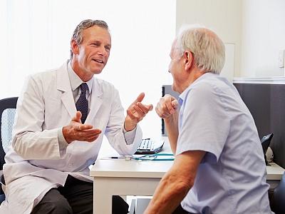 Ein älterer Herr wird von seinem Arzt beraten.