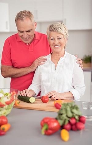 Älteres Ehepaar kocht mit Vergnügen und gesund.