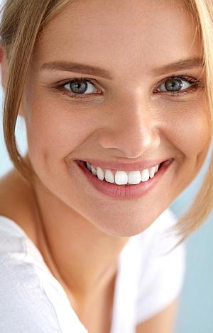 Portrait einer schönen Frau mit schönen Zähnen