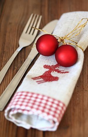 Weihnachtsgedeck mit roten Kugeln