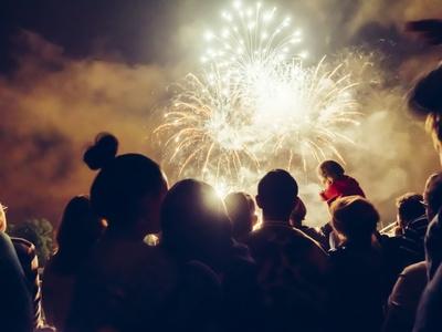 Menschen beobachten Feuerwerk.