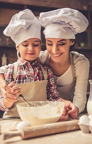 Mutter und Tochter in der Weihnachtsbäckerei.