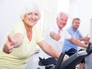 Senioren auf dem Ergometer