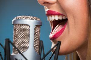 Großaufnahmen einer singenden Frau mit Micro