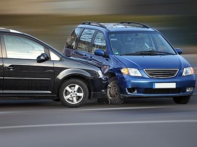 Zwei Autos stoßen zusammen.