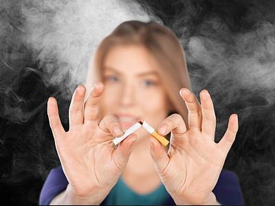Frau zerbricht eine Zigarette