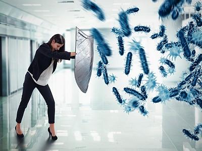 Frau mit Schutzschild wehrt symbolisch Viren ab.