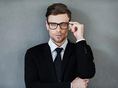 Gutaussehnder Mann mit Brille.