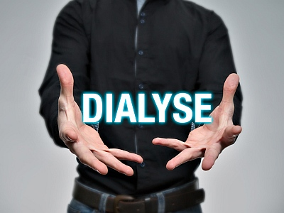 Mann hält Buchstaben Dialyse in der Hand.