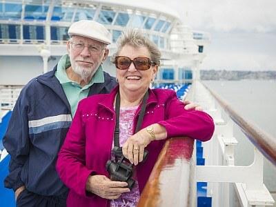Fröhliche Senioren auf Kreuzfahrtschiff