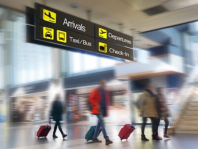 Menschen am Flughafenterminal