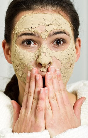 Frau mit grüner Gesichtsmaske