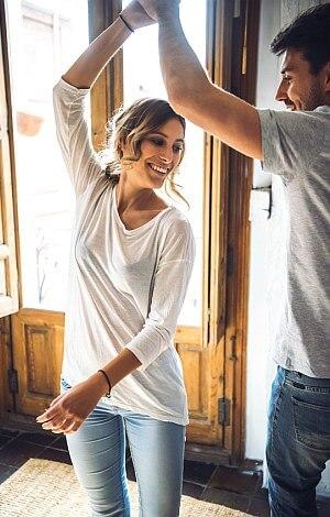 Junges Paar tanzt fröhlich.