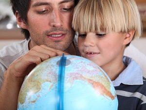 Vater und Sohn betrachten einen Globus