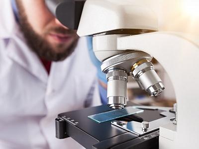Mann am Microskop