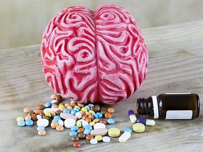 Rosa Gehirn mit Tabletten.