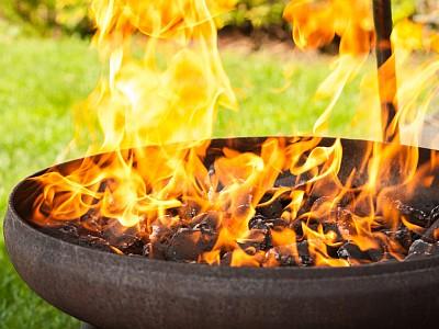 Holzkohlegrill mit großer Flamme