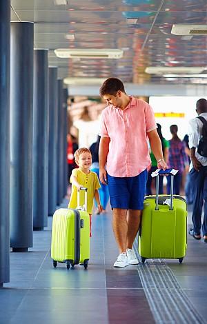 Vater und Sohn auf dem Flughafen.