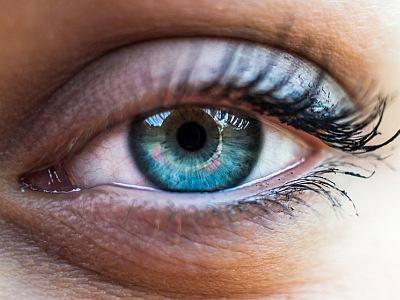 Weibliches Auge in Großaufnahme.