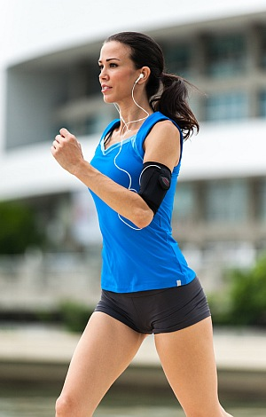 Junge Frau im Sportdress joggt.