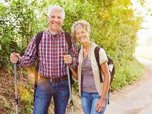 Zwei Senioren beim Wandern im Herbst