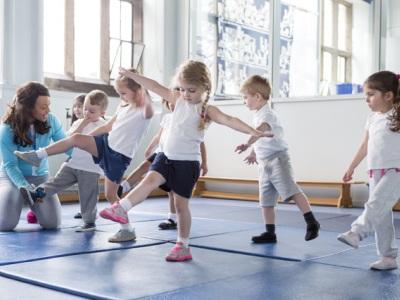 Kinder für Sport begeistern egal ob Akrobatik oder Fußball