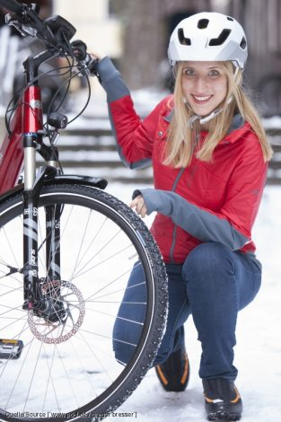 Wer auch bei einer geschlossenen Schneedecke nicht vom Radfahren lassen kann, ist mit Spikesreifen bestens beraten - und für den Fall der Fälle mit einem Radhelm.