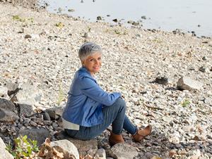 Frau Schrowange am Ufer