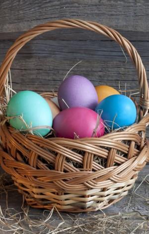 Bunte hartgekochte Eier halten sich in der Regel im Kühlschrank zwei bis vier Wochen
