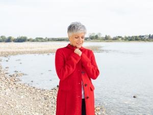 Frau Schrowange im roten Mantel