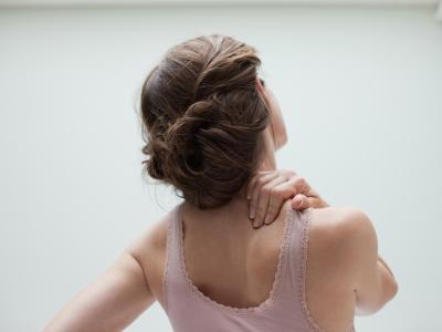 Kopfschmerzen gehen oft mit Nackenschmerzen einher