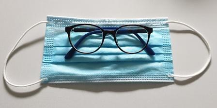 Eine beschlagene Brille trotz Mund-Nasen-Schutz vermeiden